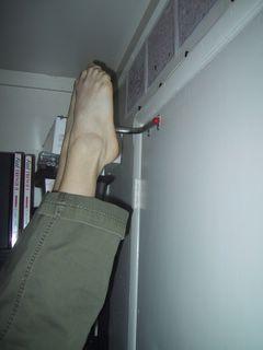 Ноги в свободном балансе рядом со стеной