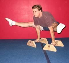 Подъем ног под углом с широким размахом