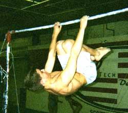 Горизонтальный вис спереди с согнутыми ногами: усложненная позиция