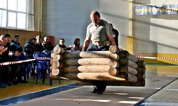 Попробуй вот так поднять и пронести колодец весом 230 кг