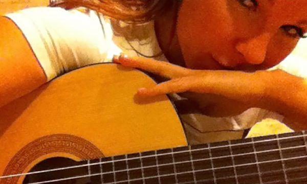 Зоя Королева с гитарой