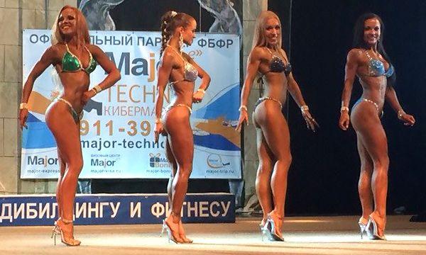 Зоя Королева на соревнованиях по фитнес-бикини (крайняя слева) - нажми, чтобы рассмотреть!