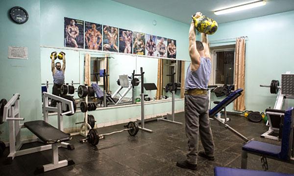 Иван Трутнев на тренировке в местном физкультурно-оздоровительном комплексе